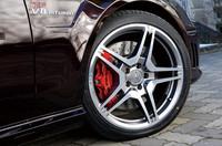 タイヤサイズは前255/35ZR19、後285/30ZR19。「AMGパフォーマンスパッケージ」装着車のため、前後のブレーキキャリパーが赤く塗装されている。