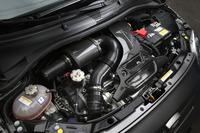1.4リッター直4ターボユニットは190psを生み出す。BMC製カーボンエアクリーナーボックスがレーシーな雰囲気を高めている。