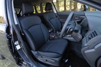 フロントシートは、ヒップポイントを17mmアップして開放感を演出。ドライバーをしっかりサポートできるよう、バックレストも50mm延ばされた。