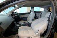 2.4i Aktivの内装。オプションで「デラックスパッケージ」(運転席8ウェイパワーシート、ハイパフォーマンスオーディオシステム、ステアリングホイール内蔵オーディオリモートコントロール、ウッドパネル、本革巻ステアリングホイール、バイキセノンヘッドランプ、フロントフォグランプ)が装着される。ただし、今回先行輸入されたテスト車のパネルはボーキーサイトグレーパネルのまま。