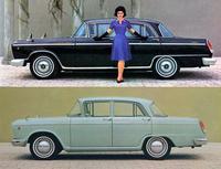 65年型「セドリック スペシャル」(上)と、最もベーシックな「セドリック1500スタンダード」(下)。両車はホイールベースが305mm、全長が365mm異なるが、全幅は同じ1690mm。エンジンは1500スタンダードの1.5リッターに対してスペシャルは2.8リッターと2倍近く、価格は72万円に対して145万円と2倍以上だった。