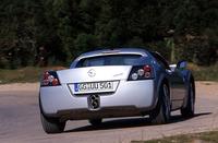 サスペンション形式は前後ダブルウィッシュボーン。ブレーキは前後ともベクトラから流用した通気式ディスク、ABSが備わる。タイヤサイズは前175/55R17、後225/45R17。タイヤ銘柄は、専用開発されたブリヂストン・ポテンザRE040。ちなみに、ドイツ本国でのベース価格は5万9900マルク(1マルク=55円として330万円弱)。