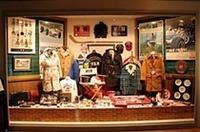 かつてのVANショップのショーウィンドウを模したという展示。