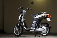 「EC-03」は首都圏では2010年の7月15日より、その他の地域では9月15日より予約受付開始となる。発売日は前者が9月1日で、後者が10月1日。価格は25万2000円(税込)。ただし平成22年度クリーンエネルギー自動車等導入促進対策費補助金として、最大で2万円が交付される。