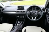 ドライバー側は運転に集中できる環境を、パッセンジャー側は開放的で心地よい空間を目指したインパネ。センターディスプレイと操作ダイヤル「コマンダーコントロール」をほとんどのモデルで標準装備とし、情報機器の操作安全性を高めた。