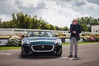 「ジャガーFタイプ プロジェクト7」は2014年6月26日、自動車イベント「グッドウッド・フェスティバル・オブ・スピード」において発表された。写真はFタイプ プロジェクト7と、デザイナーのイアン・カラム氏。