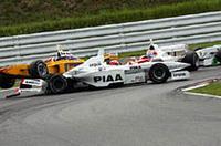 レース序盤いきなり小暮卓史と野田英樹が接触しクラッシュ。コースを塞ぐかたちで停止したため、セーフティーカーが導入された。リチャード・ライアンはギリギリのところでストップ、レースに復帰した。