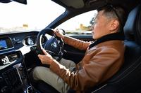 新しい4気筒の「T5」を試す、モータージャーナリストの桂 伸一さん。プライベートでは、5気筒エンジンを搭載する「V40クロスカントリー T5 AWD」に乗る。