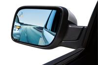 「BLIS」とは車両の左右斜め後ろを監視し、車線変更時などの接触事故を予防する警告システムのこと。