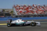 メルセデスのミハエル・シューマッハーは、予選12位から入賞圏を走り、ロータスのグロジャンやマクラーレンのハミルトンらの脱落で3位の座が転がり込んだ。2010年のカムバック後初めてのポディウムは、通算155回目。43歳の元チャンピオンは表彰台の上でもうれしさを隠さなかった。(Photo=Mercedes)