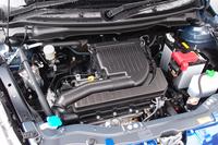 熱効率を極限まで追求したという、改良型1.2リッター直4エンジン「K12B デュアルジェット」。