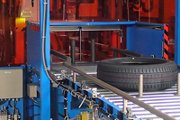 巨大な印刷機に送り込まれるタイヤ。印刷工程では、機械にタイヤをセットする作業以外は、基本的にすべてオートメーション化されている。