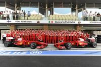フェラーリにとって2009年シーズンは苦悩の連続だった。新型「F60」に足を引っ張られ大苦戦、果てにはシーズン半ばに開発を放棄し、結果的にコンストラクターズランキング3位の座を1点の差でマクラーレンに譲ってしまった。さらにハンガリーではフェリッペ・マッサが不慮の事故に遭い、その代役探しにも難儀。エースのキミ・ライコネンとチームの蜜月はとっくに終わっており、ライコネンは契約を1年残しマラネロを離脱することとなった。一筋の光明は、来季ルノーから移籍してくるフェルナンド・アロンソの存在と、回復目覚ましいマッサといったところ。最終戦はライコネン12位(写真)、ジャンカルロ・フィジケラ16位完走。苦境に立たされながらもライコネンが善戦し勝ち取ったベルギーGPでの1勝が唯一の勝利となった。(写真=Ferrari)