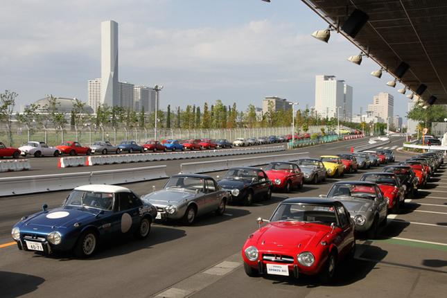 MEGA WEBの試乗コースであるライドワンに集まった103台の通称ヨタハチこと「トヨタスポーツ800」。ここに写っているのはその半分くらいか。