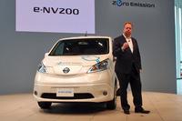 「日産e-NV200」。傍らに立つのは、日産自動車のアンディ・パーマーCPLO(チーフ プラニング オフィサー)。