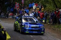 WRCカタルニアラリーの「スバル・インプレッサWRC」。ラテンの国スペインでは、マーシャルの警告笛が鳴るギリギリまで、コース上でマシンを待ったり、手を伸ばしてクルマにさわったりする人がいる。(写真=スバルテクニカインターナショナル)