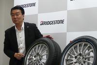 「カラーサイド」の技術的な特徴を説明する、開発担当者の川合誠一郎氏。
