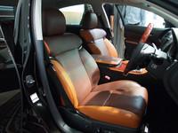 """夕日をイメージした「GS""""Art Works""""」の内装。テンダーオレンジ×テンダーブラウンのシートはサイドサポート部分の配色が左右非対称となる。"""