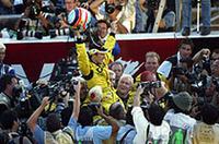 レース後、チームクルーに祝福される佐藤琢磨(写真=KLM Photographics J)