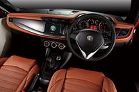 「ナチュラル」カラーのレザーシートが与えられる「ジュリエッタ スポルティーバ 105thアニバーサリーエディション」のインテリア。「ジュリエッタ クアドリフォリオ ヴェルデ 105thアニバーサリーエディション」のシートカラーは、レッドになる。