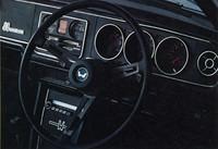 黒一色でスポーティな雰囲気を強調した99Sのインテリア。タコメーター、電流計、油圧計、コンソールボックス、3点式シートベルトなどを標準装備していた。