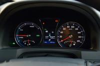 ハイブリッドモデルのメーターパネル。中央の液晶画面には、エネルギーフローや燃費などの車両情報が表示される。