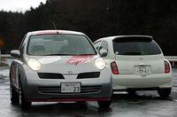手前が「ニスモ・マーチ S-tune Complete」。後ろを向いているのが、「日産マーチ12SR」。