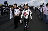 2レース出場停止処分を終え、4月24日のサンマリノGP以来となるレースに臨んだBARホンダ勢。ジェンソン・バトンは、「オーバーステアが強く、その上コーナーに入る時にはアンダーステアが出てしまい、何がどうなっているんだか分からなかった」という状態で10位完走。佐藤琢磨(写真中央)は、スタート後の他車クラッシュに巻き込まれフロントウィングにダメージを負いながら、「その後は良いペースで走ることができ」、12位ゴール。(写真=本田技研工業)