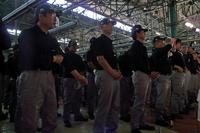 「Q50」の門出を見守る、栃木工場の従業員たち。
