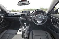 インパネは「3シリーズセダン」のデザインを踏襲する。試乗車はエレガントさを強調した「ラグジュアリー」仕様。ファインライン・アンスラサイト(チャコールグレー)のウッドトリムと、パールグロスクロムのハイライトで彩られる。