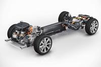 「T8 Twin Engine」のシャシー。ターボとスーパーチャージャーで過給されるエンジンに、電気モーターが組み合わされる。