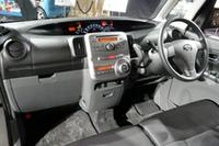 運転席まわりは、薄型センターメーターなど先代のイメージをほぼ踏襲する。写真は「タントカスタム」の黒内装。