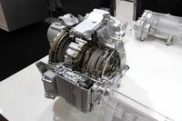 今春のジュネーブショーで、「レンジローバー イヴォーク」に積まれて発表されたZF製の9段オートマチックトランスミッション。乗用車用としては世界初となる、横置きエンジン用の9段ATである。