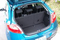 荷室は、フルフラットにこそならないが、後席を倒すことで容量を拡大できる。リア中央席のヘッドレストと3点式のシートベルトは、全車で選択可能だ(一部グレードでオプション)。