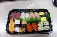 今年最後の会社ランチ。回る寿司屋さんの握り980円。