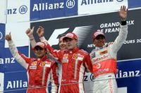 """フェラーリと""""アイスマン""""キミ・ライコネン(中央)の復活。チームメイトのフェリッペ・マッサ(左)を従えてのスクーデリア今シーズン初の1-2フィニッシュとなった。ルイス・ハミルトン(右)は8戦全戦で表彰台という大記録を更新中。驚異の新人はポイントリーダーの座を守っている。(写真=Ferrari)"""