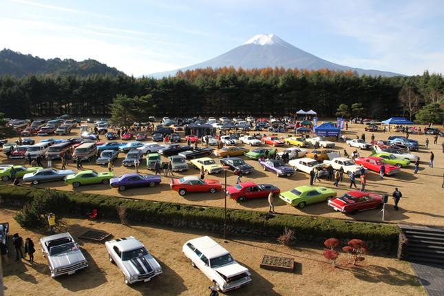 富士山が見下ろす会場に集まったアメリカ車は、全部でおよそ170台。