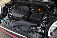 「MINIジョンクーパーワークス」の2リッター直4ターボエンジン。低回転域から豊かなトルクは、オーバーブースト時には最大35.7kgmにまでアップする。