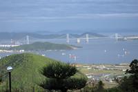 四国の人々が昔から希求した本州とつなぐ道は、もう三つも出来上がった。香川県の五色台から望む瀬戸大橋。