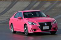 """こちらは、発表会にも登場して話題となった""""ピンクのクラウン""""。ベースとなるのは「アスリート」シリーズで、2013年内の市販化が予定されている。"""