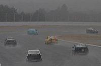 R380シリーズのデモラン終了とともに本降りとなった雪のせいで、コースはたちまちご覧のようなコンディションに。これで模擬レースはパレードランへの変更を余儀なくされた。