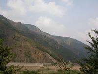 まわりの山々は、どれも木々の抜けたハゲ山ばかり。これでは山の保水など望むべくもなく、水は暴力的に谷を伝うだけだ。