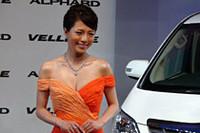 釈由美子さんが着ているオートクチュールドレスは、「コージアトリエ」のデザイナー渡辺弘二さんが手がけたもの。また、胸元などに輝く「DIADDICT」の最高級ダイアモンドジュエリーは、総計50カラット、総額3億円相当だという。