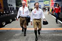 この地方特有の半ズボン「レーダーホーゼン」を着用するのはレッドブルのチーム代表、クリスチャン・ホーナー(右)とコンサルタントを務めるドクター・ヘルムート・マルコ(左)。レッドブルのお膝元らしい光景だ。(Photo=Red Bull Racing)