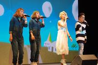"""3組4人がテレビCMソング「丘を越えて」を熱唱。ライブの様子は、""""現実とバーチャルが楽しめる映像処理""""を加えた上で、2015年4月22日に「TOYOTOWNウェブサイト」で公開される。"""