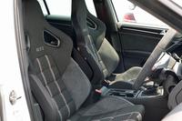 前席は専用のレカロ製スポーツシートとなる。