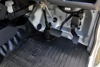 シングルクラッチAT車なので、ペダルはもちろん2ペダル。キャビン側面のほぼ全体がドアとなっているので、乗降時のいわゆる「足抜き性」はよい。