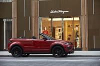 ショルダーラインから上にはウインドシールドだけが残る、SUVとしては斬新なスタイル。試乗車のボディーカラーは「フィレンツェ・レッド」。