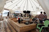 遊牧民のテントをほうふつさせるレストスペース。期間中は無料で開放される。