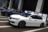 展示車のボディーカラーは、手前が「ホワイトオーキッド・パール」、奥が新色の「ディープオーロラ・メタリック」。